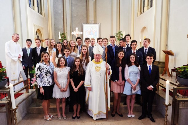 The newly confirmed with Archbishop Hollerich (photo: STUDION)